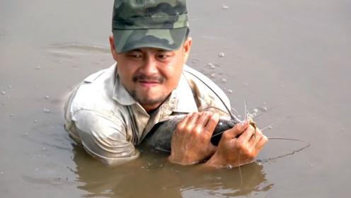 钓到大鱼了,下水把它抱上来