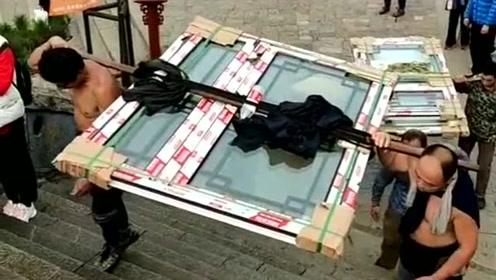 值得敬佩的挑山工,两个人抬几百公斤的货,身上流的全是汗!