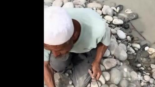 聋哑老爷爷挖了80年的玉,当看到他这个表情,网友:不容易!