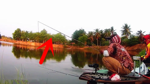 鱼竿出现漂亮的大弯弓,随后鱼竿发出清脆的响声,断竿了!