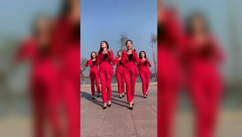 美女们穿上职业装,跳广场舞精彩好看,舞姿有看点!