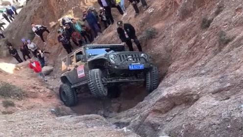 老司机对自己真狠,这种高难度地形也敢挑战,看着都为他捏了把冷汗!