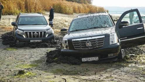 驶入了沼泽地,才知道路虎和丰田的差别在哪里,看完心服口服!