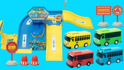 泰露小巴士的公交停车场轨道玩具