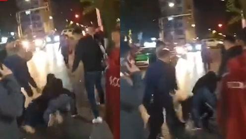 男子持刀劫持出租被群众用皮带合力制服