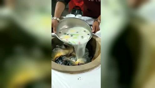 云南地方特色石锅鱼,你们看看怎么样,反正女朋友很喜欢