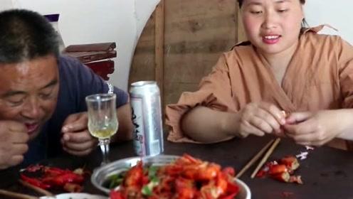 胖妹上大哥家开小灶,5斤小龙虾大哥亲自下厨房,兄妹两喝酒喝高了!