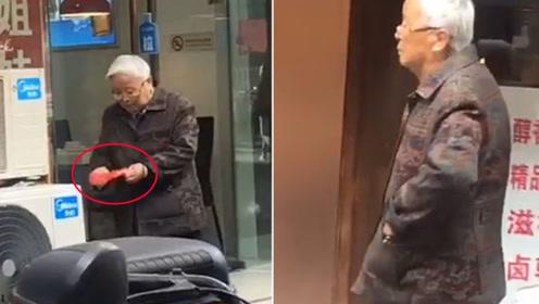 7旬老人路边捡起一物宝贝般揣进口袋 真相令人动容
