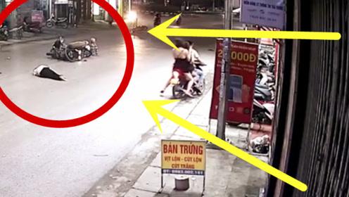 """摩托车男子一招获""""双杀"""",一旁少妇看傻眼,监控爆出惨烈全程!"""