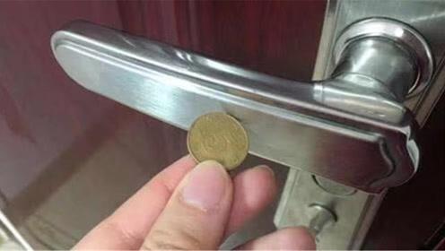 出门前,一定要用硬币碰一下门把手,懂的人还不多,学会涨知识了