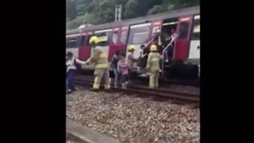 暴徒投掷杂物逼停港铁,乘客只能在铁轨上步行