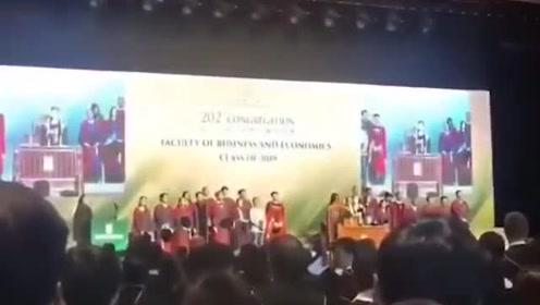 香港大学毕业典礼毕业生高唱国歌