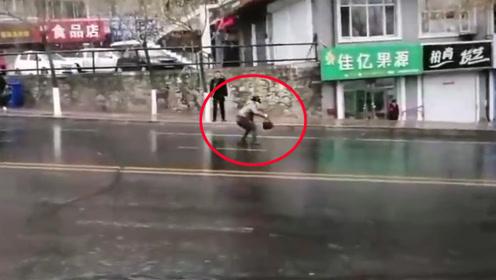 雨后路面结冰!黑龙江一女子滑出十多米远 下一幕引网友笑喷