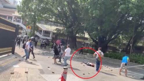香港市民与黑衣人爆发冲突 七旬老汉被砖击中头部命危