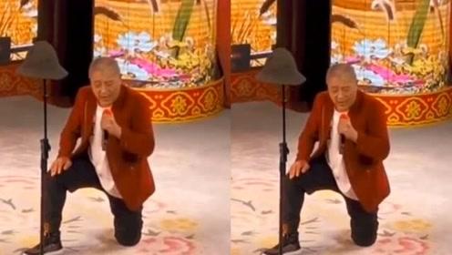 """46岁""""赵四""""生活落魄,头发花白跪地唱歌,欠赌债20万赵本山帮还"""