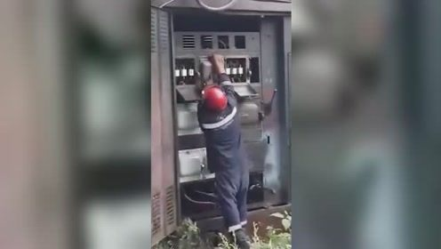 俄工人修理变压器惨遇爆炸 瞬间火花四溅所幸工人反应及时