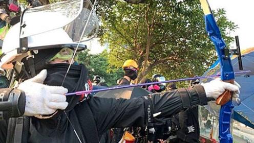 港警谴责用弓箭袭击清障市民的暴徒:以堵路要挟全港市民,妄想!