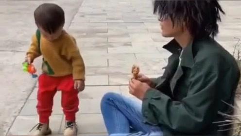 本以为小孩是给穷小伙送鸡腿,怎料他却给穷小伙上了一课,结果太逗了!