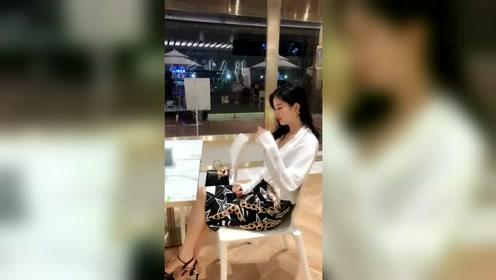 咖啡店的老板娘,撩头发的瞬间,好美