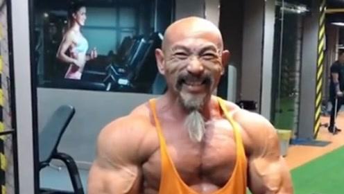 """54岁老人痴迷""""七龙珠"""",每天吃一盆鸡蛋,最终变成了这样"""