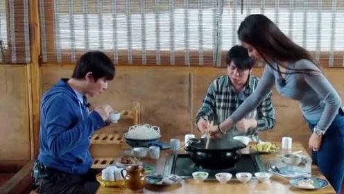 郎朗吉娜品尝云南特色火锅,一口下去老香了,好好吃啊!
