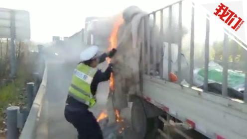 实拍:车辆正排队进收费站 突然队伍中一辆货车着了