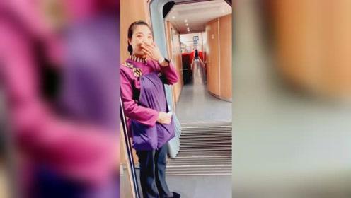 消防员母亲高铁偶遇儿子战友 眼含泪光婉拒打电话:不打扰儿子了