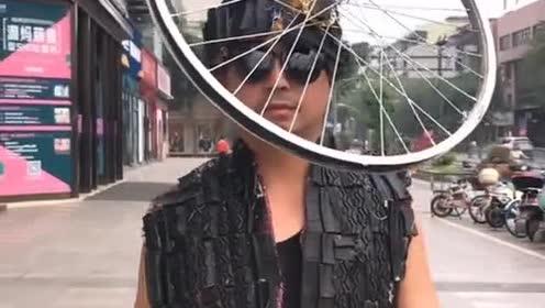 今天采用了废弃的轮胎设计了一套!网友:轮胎也可以很时尚