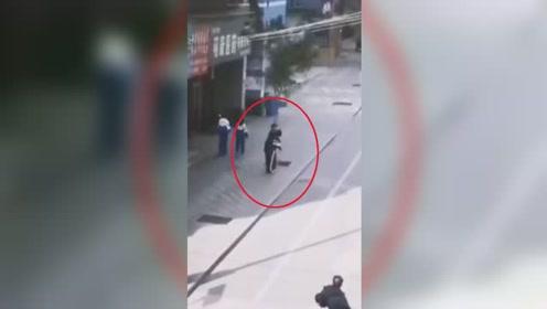 甘肃白银一男子当街骚扰女学生强行搂抱 嫌疑人已被抓获