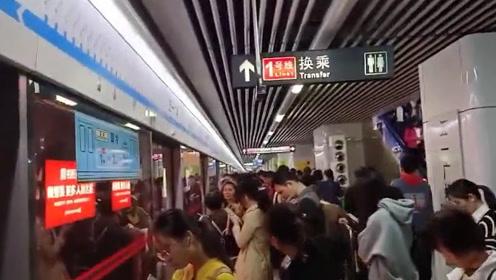 长沙地铁2号线早高峰因故障延误,大批乘客转乘赶上班