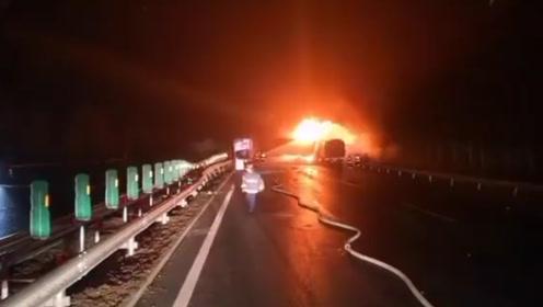 珲乌高速一挂车侧翻导致5车连撞 快递车和鞭炮车被大火吞噬