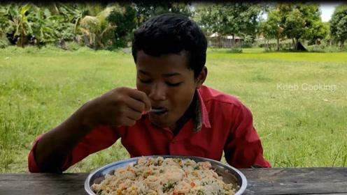 穷人的孩子早当家,看看印度小孩怎么做饭,有模有样做的真好