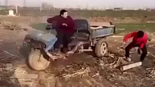 大哥农村收拾的东西,没成想三轮车居然自己摇摆了起来,这下苦了大哥了!