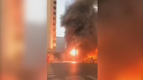 安徽蚌埠火车站附近商铺突发大火  现场搜救出21人1人跳楼逃生受伤
