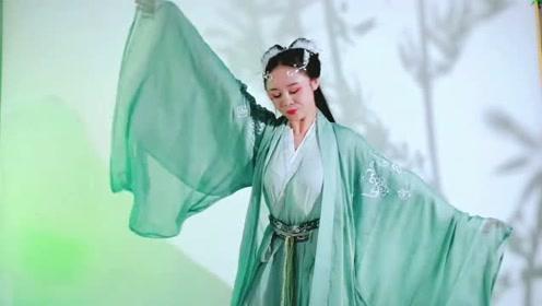 美女一身绿衣把古风舞《山鬼》跳的美轮美奂,美极了!