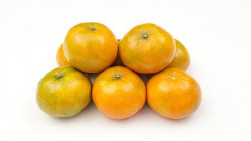"""挑选橘子有窍门,死记一个""""小机关"""",甜不甜一眼看出,又学一招"""