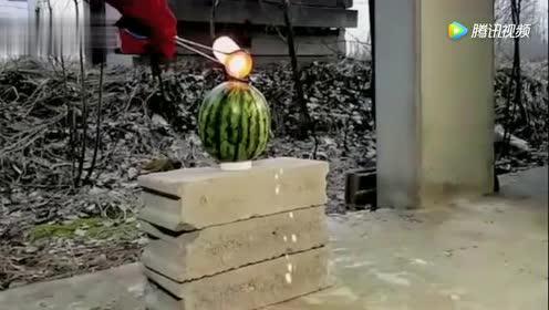 小伙把高温溶化的铜水倒进西瓜里!成品你猜对了吗?!