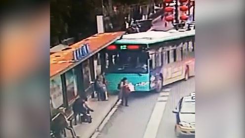 公交车突然冲上站台,两人被压车下,众人推车救人