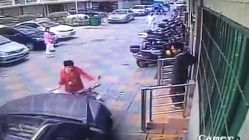 因擅自挪摩托车遭指责 奔驰司机开车撞大妈