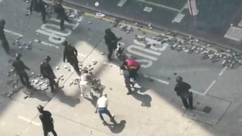 港警速龙小队驱散暴徒后清理路面 陆续有市民前来帮忙