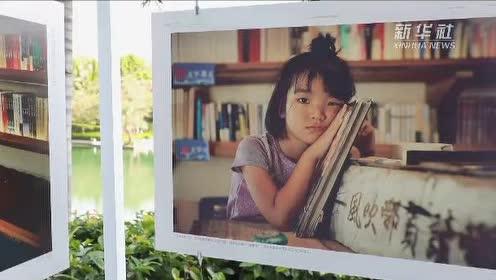 海风拂过书页 她在渔船上开书房