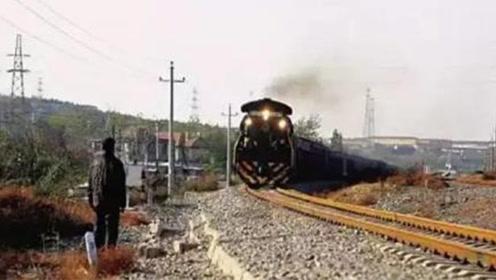 百斤重大石被推上铁轨 79岁大爷一路狂奔救下一列火车