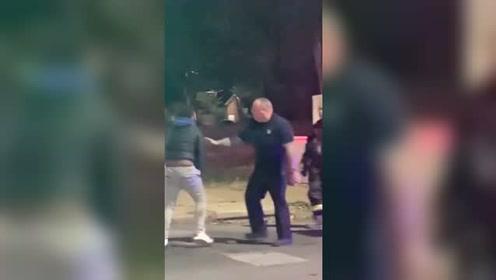 男子爱车发生车祸后着火 嫌消防员灭火太慢挥拳打人被制服