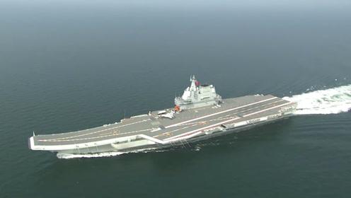 我国第二艘航母通过台湾海峡 歼-15上舰随行