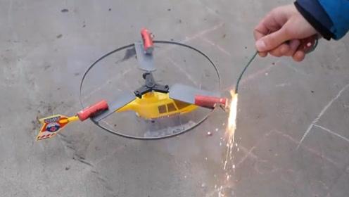 在玩具飞机上装三个烟花 点燃后它会起飞吗