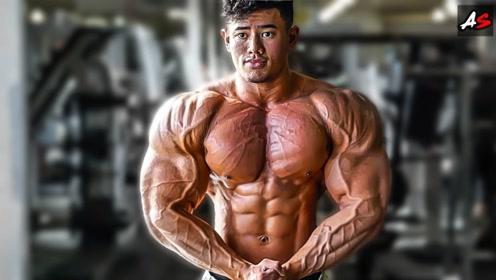 谁说亚洲没有肌肉男?25岁小伙取得了职业卡,靠肌肉征服评委