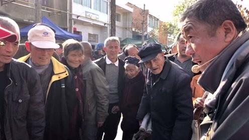 兴平农村古会大叔卖削面刀:嘴皮子太溜了,好多人围观