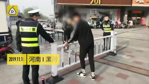 2小伙翻护栏被交警罚一直翻,网友:希望推行