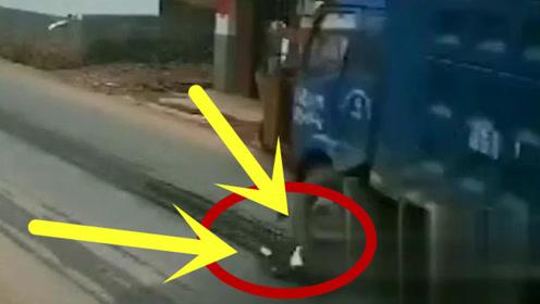吓到尖叫!男童奔跑横穿马路,货车避让不及直接将其碾压!