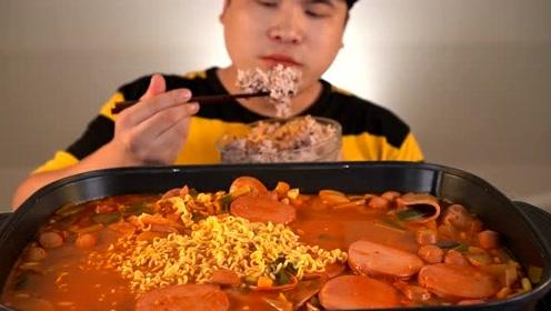 冬天最适合热乎乎的部队锅了:泡面配米饭,真会吃